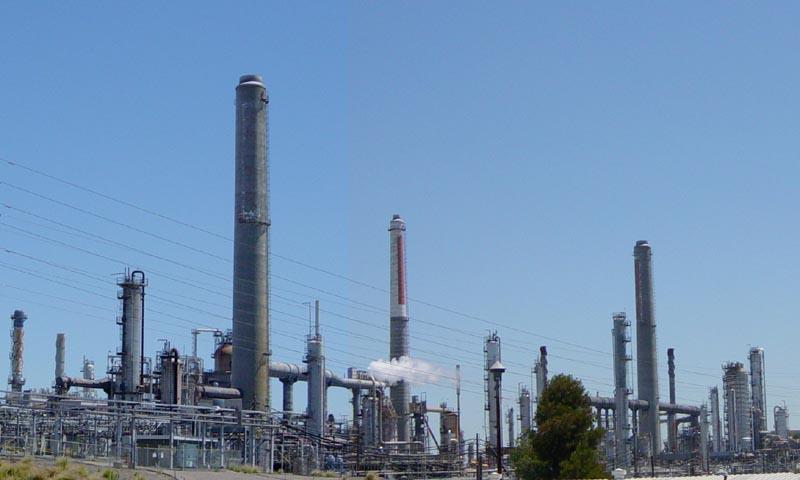 Refinería de petróleo (fonte: Wikimedia Commons)