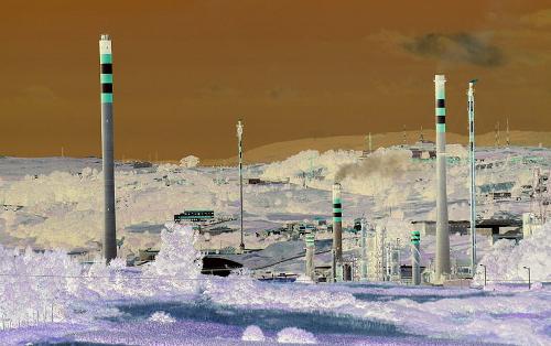 Refinaría da Coruña (cores invertidas). Fonte: Wikimedia Commons