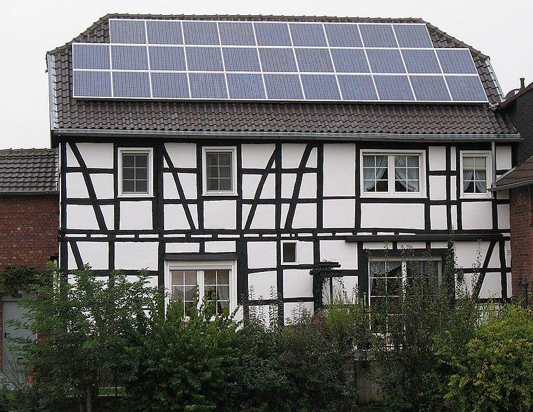 Paneis solares no tellado dunha vella casa de madeira en Alemaña