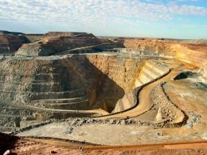 Mina de ouro a céu aberto em Kalgoorlie, Austrália. (Da Wikipedia CC BY-SA 3.0)